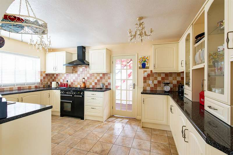 4 Bedrooms Detached House for sale in Keycol Hill, Newington, Sittingbourne