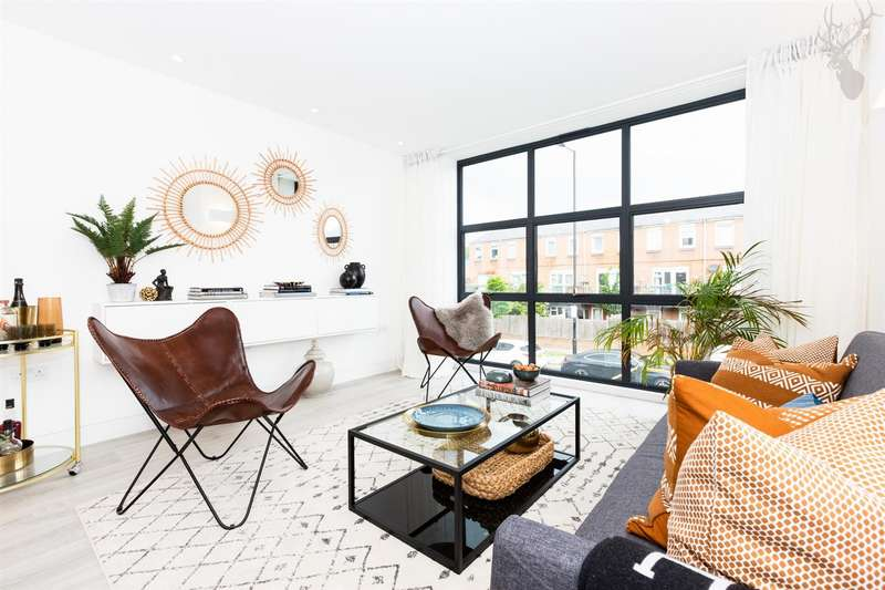 3 Bedrooms Detached House for sale in Crossway, Dalston, London