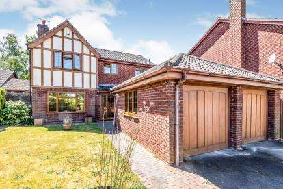 4 Bedrooms Detached House for sale in Forest Way, Great Wyrley, West Midlands