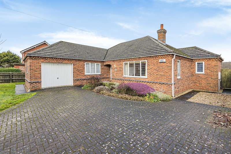 3 Bedrooms Detached Bungalow for sale in Lincoln Road, Horncastle, Lincs, LN9 5AW