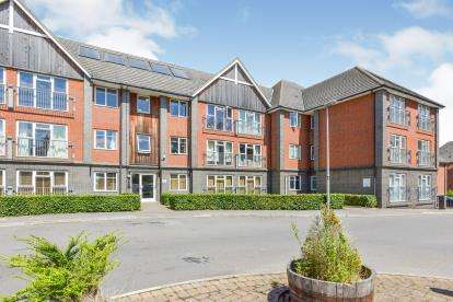 2 Bedrooms Flat for sale in Sandpiper House, 11 Millward Drive, Bletchley, Milton Keynes