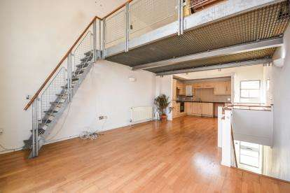 2 Bedrooms Maisonette Flat for sale in Pollards Close, Rochford, Essex