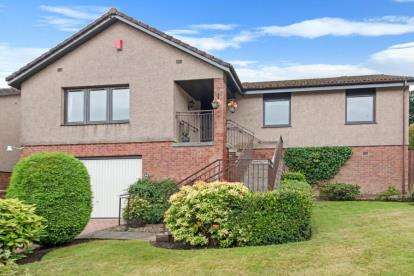 3 Bedrooms Bungalow for sale in Southerton Gardens, Kirkcaldy