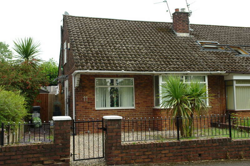 3 Bedrooms Semi Detached Bungalow for sale in Roxbury Avenue, Salem, Oldham