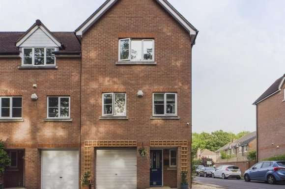 4 Bedrooms Property for sale in Pecche Place, Chineham, Basingstoke