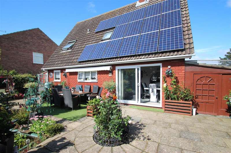 4 Bedrooms Detached House for sale in Chandlers Close, Clacton-on-Sea