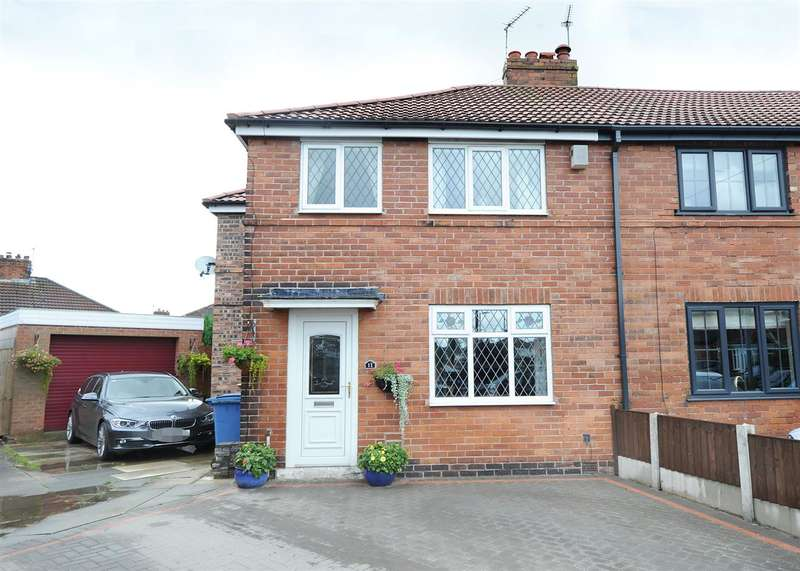 3 Bedrooms Town House for sale in 11 Etherley Close, Irlam M44 6YB