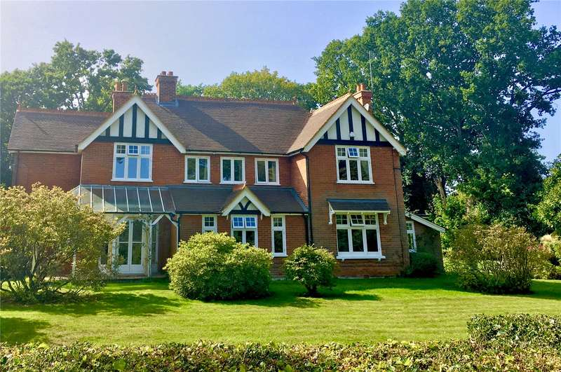 5 Bedrooms Detached House for sale in Chestnut Grove, Fleet, Hampshire, GU51