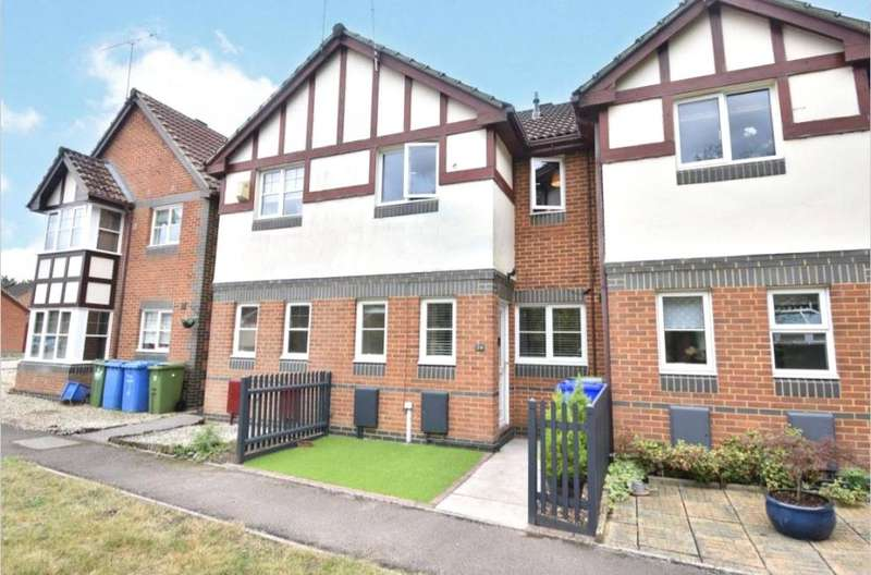 2 Bedrooms Terraced House for sale in Lyndsey Close, Farnborough, Hampshire, GU14