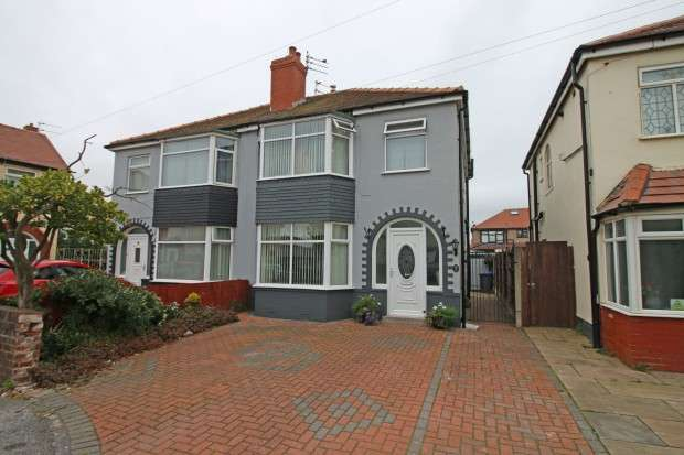 3 Bedrooms Semi Detached House for sale in The Close, Thornton-Cleveleys, FY5