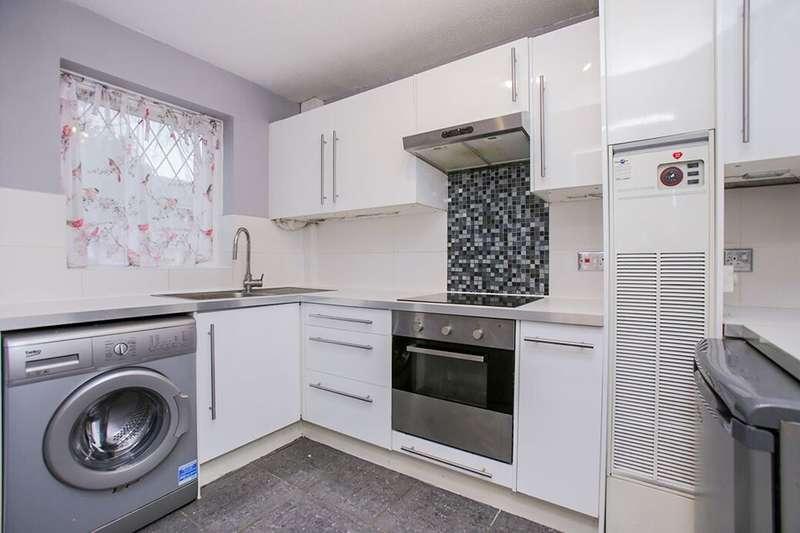 3 Bedrooms Property for rent in Southwood Close, Worcester Park, KT4