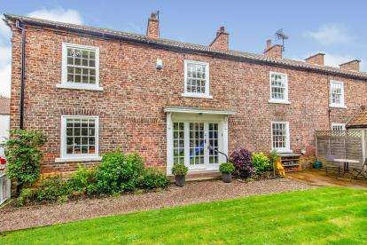4 Bedrooms Terraced House for sale in East Side, Hutton Rudby, Yarm