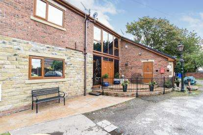 4 Bedrooms Barn Conversion Character Property for sale in Greenbank Barn, Radcliffe, Manchester, Greater Manchester, M26
