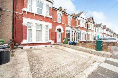 2 Bedrooms Maisonette Flat for sale in Seven Kings, Ilford, United Kingdom