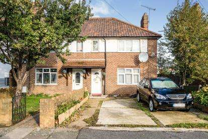 3 Bedrooms Semi Detached House for sale in Rush Green, Romford, United Kingdom