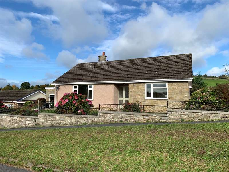3 Bedrooms Detached Bungalow for sale in 2 Greenfield Drive, Kington, Herefordshire, HR5 3AD