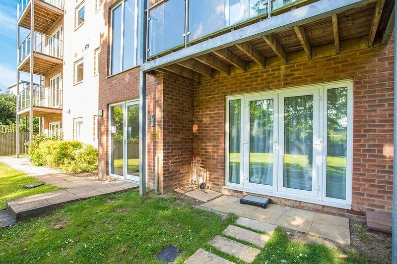 2 Bedrooms Apartment Flat for sale in Knightsbridge Court, Observer Drive, Watford, Hertfordshire, WD18