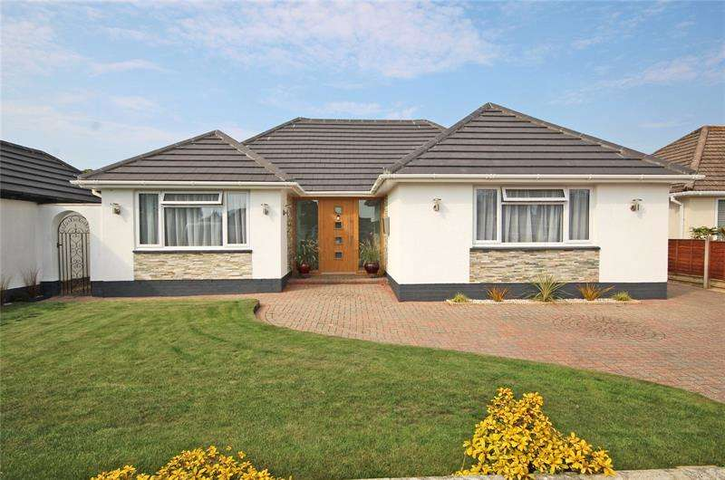 4 Bedrooms Bungalow for sale in Fenleigh Close, Barton on Sea, New Milton, Hampshire, BH25
