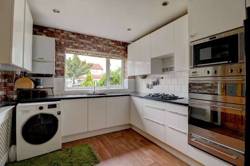 5 Bedrooms Semi Detached House for rent in Birch Road, Romford