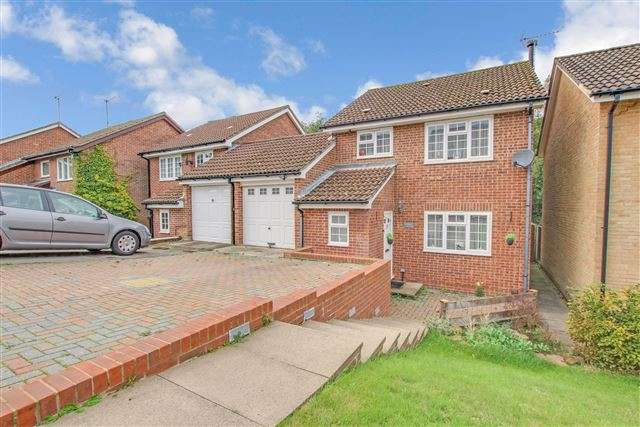 3 Bedrooms Link Detached House for sale in Hollingbourne Crescent, Tollgate Hill, Crawley