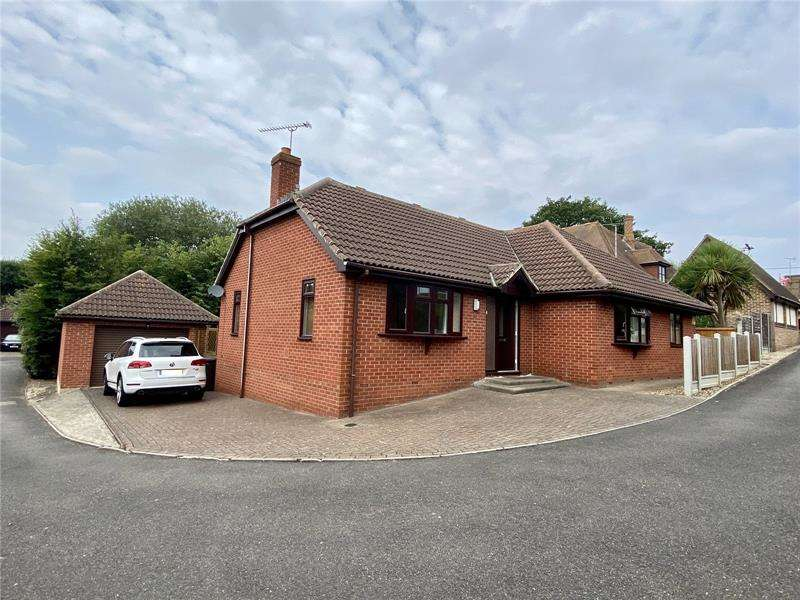 4 Bedrooms Bungalow for sale in Kenmar Close, Rayleigh, Essex, SS6