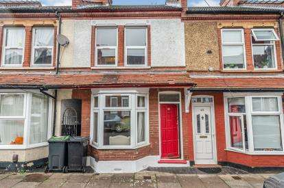 2 Bedrooms Terraced House for sale in St. Saviours Crescent, Luton, Bedfordshire