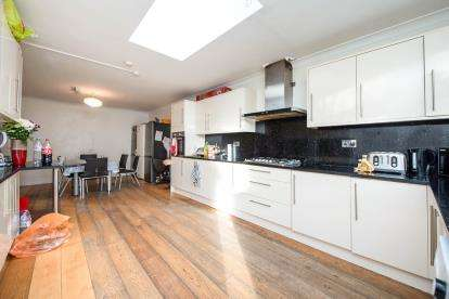 8 Bedrooms Semi Detached House for sale in Romford, Havering, United Kingdom