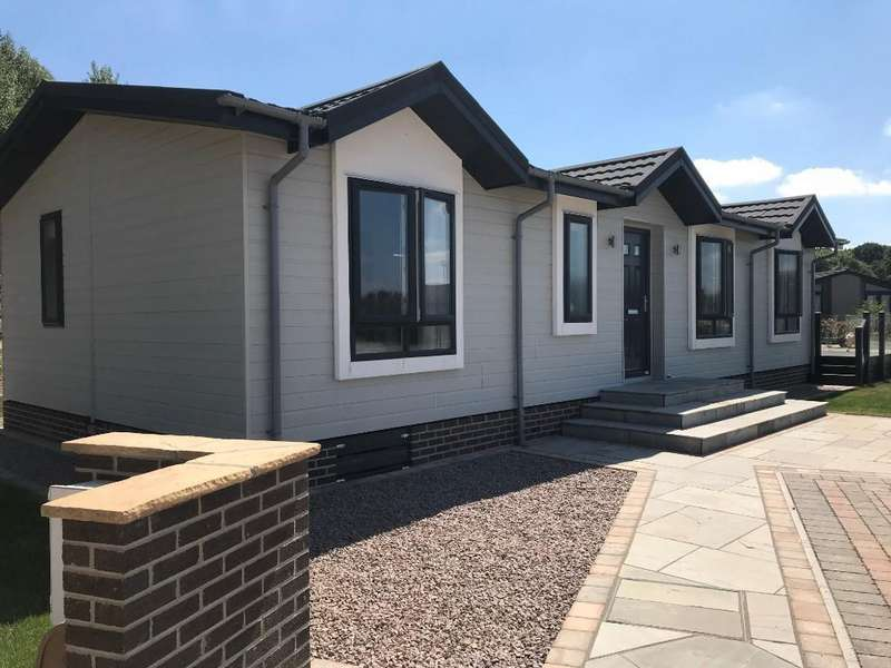 2 Bedrooms Detached Bungalow for sale in Lakeshore, Burton Waters, Lincoln