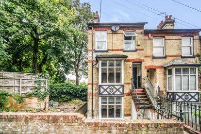 3 Bedrooms End Of Terrace House for sale in Gladstone Avenue, Luton, Bedfordshire, England