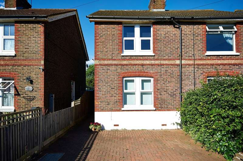 2 Bedrooms Semi Detached House for rent in Smallfield, Horley