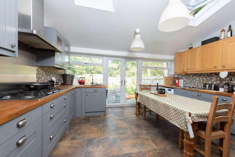 4 Bedrooms End Of Terrace House for sale in Ashdown Avenue, Farnborough, GU14