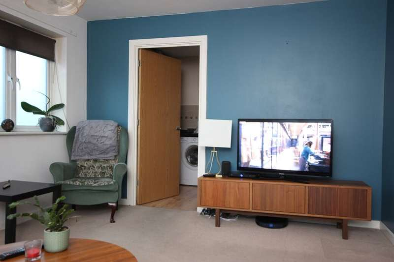 2 Bedrooms Flat for rent in Glandford Way, Chadwell Heath, Romford, RM6