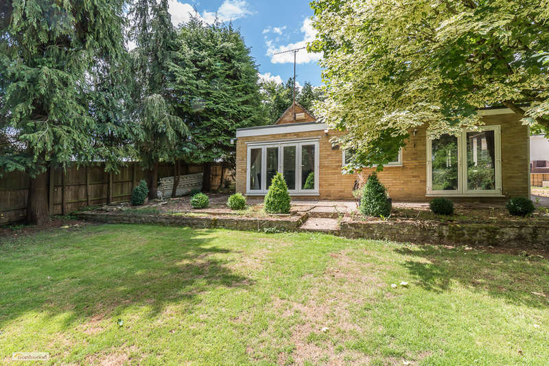2 Bedrooms Detached Bungalow for sale in Astrop Road, Middleton Cheney OX17 2PQ