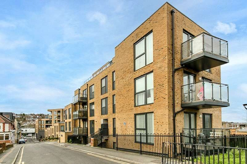 2 Bedrooms Apartment Flat for rent in Station Approach Road, Coulsdon, CR5