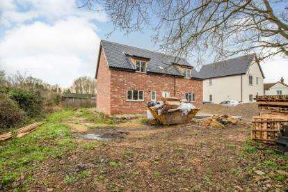 3 Bedrooms Detached House for sale in Besthorpe, Norfolk