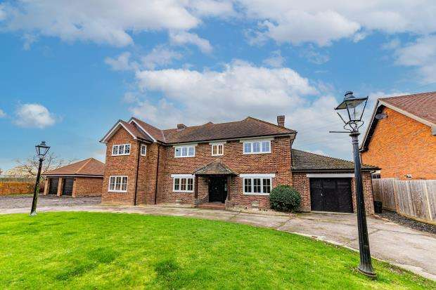 5 Bedrooms Detached House for sale in Nelsons Lane, Hurst, Reading