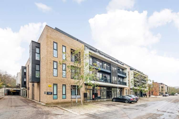 2 Bedrooms Flat for sale in Ashmore Road London SE18