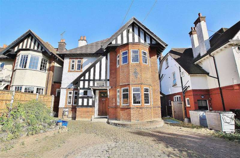 5 Bedrooms Detached House for sale in Crowstone Road, Chalkwell, Essex