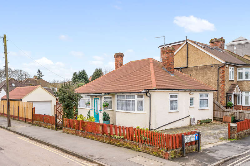 2 Bedrooms Bungalow for sale in McKenzie Road, Broxbourne