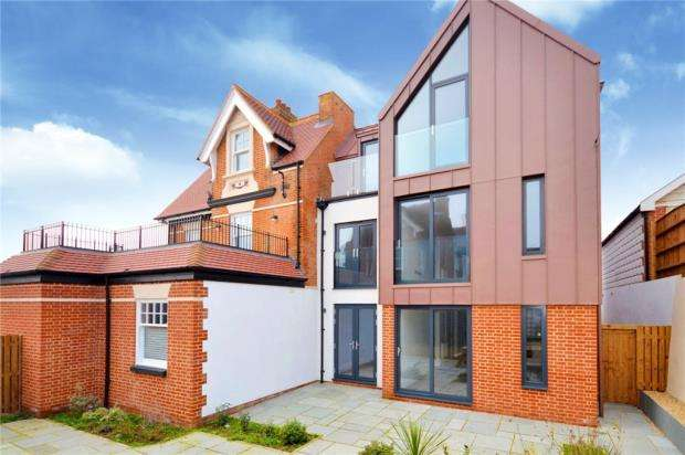 2 Bedrooms Apartment Flat for sale in Undercliff Road West, Felixstowe, Suffolk