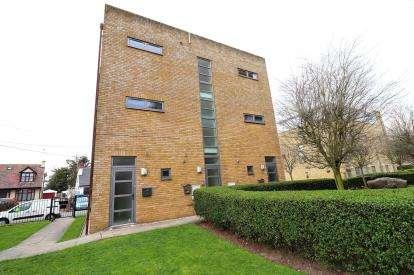 2 Bedrooms Maisonette Flat for sale in Pollards Close, Rochford, Essex