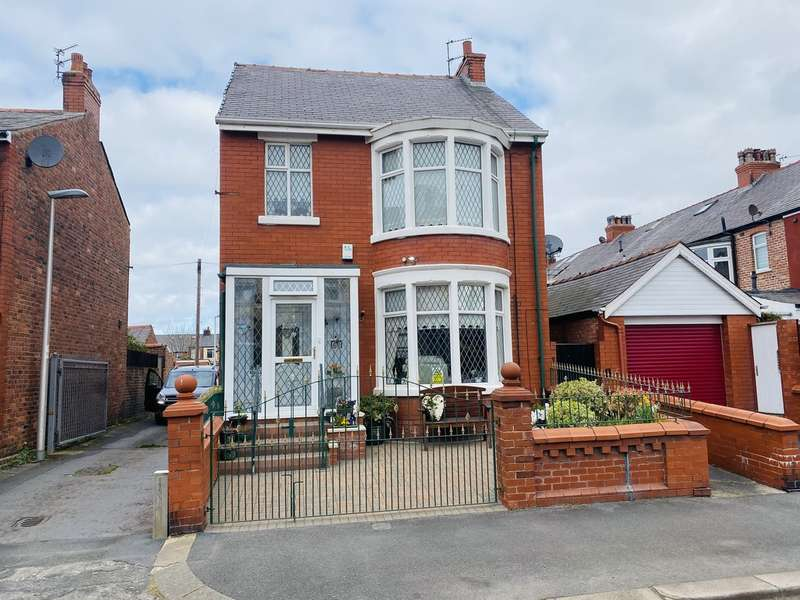 3 Bedrooms Detached House for sale in Woodland Grove, Stanley Park, Blackpool