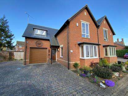 3 Bedrooms Semi Detached House for sale in Tankard Close, Newport Pagnell, Milton Keynes, Buckinghamshire