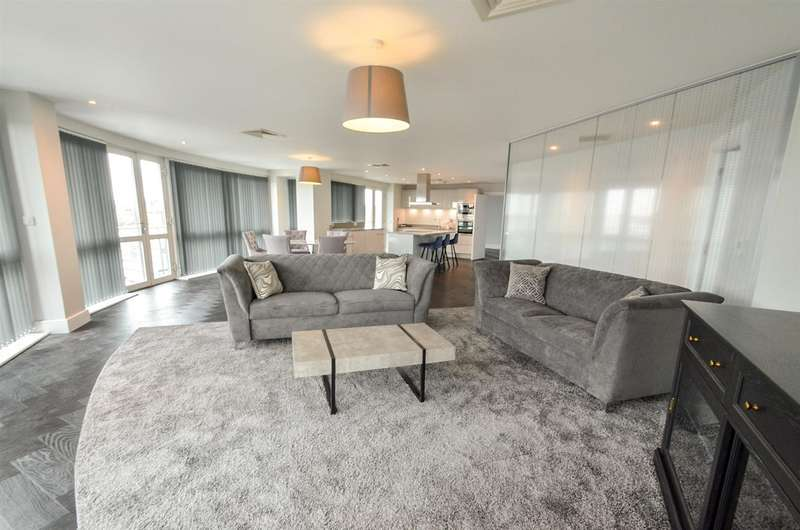 2 Bedrooms Penthouse Flat for rent in Marco Island, Nottingham