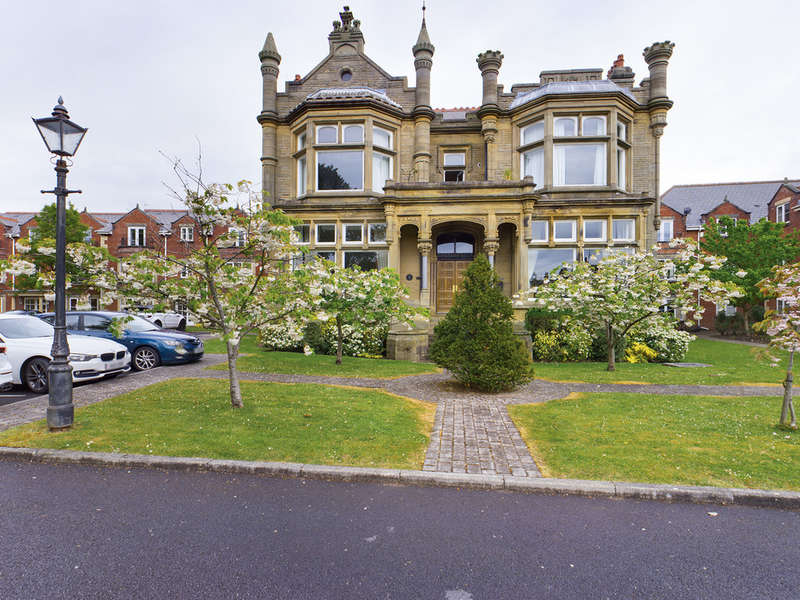 2 Bedrooms Flat for sale in The Elms, Whitegate Drive FY3
