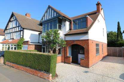 4 Bedrooms Detached House for sale in Stoughton Road, Oadby, Leicester, Leicestershire