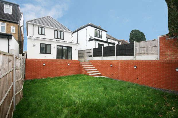3 Bedrooms Detached House for sale in Vista Drive, Redbridge, IG4