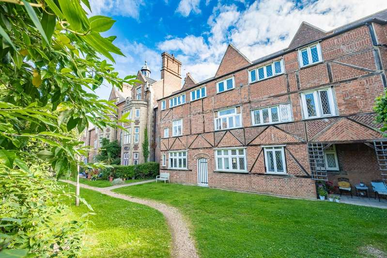 2 Bedrooms Apartment Flat for sale in The Close, Dunmow