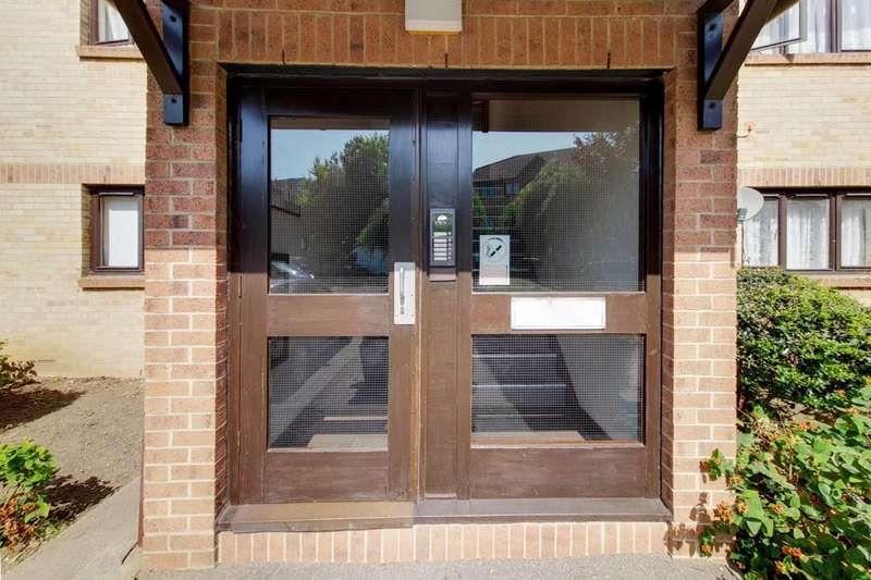 2 Bedrooms Flat for sale in Waterside Close, Barking, IG11