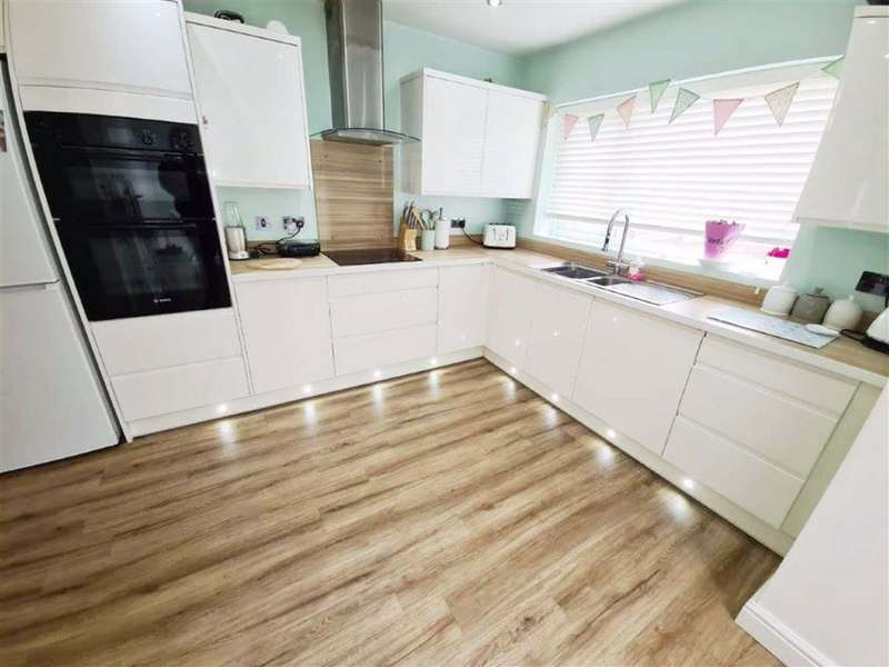 3 Bedrooms Semi Detached House for sale in Windsor Road, Droylsden, Manchester